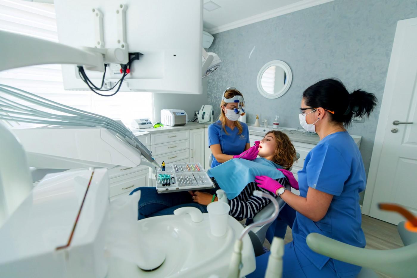 Implant dentar cu tehnologii avansate